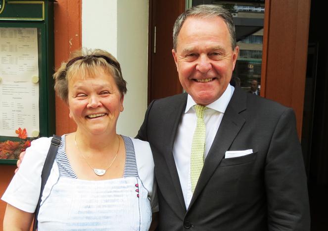 FDP Kaufbeuren Vorsitzende Angelika Zajicek mit dem bayerischen Wissenschaftsminister Wolfgang Heubisch